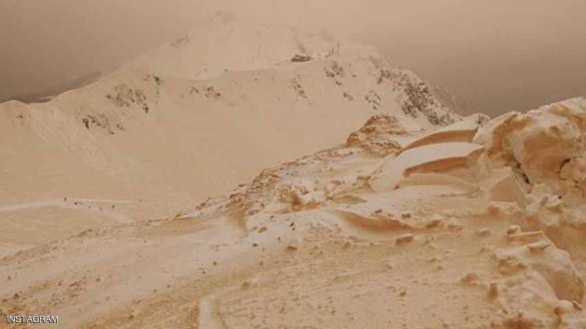 الجليد البرتقالي يحول جبال شرق أوروبا إلى مريخ