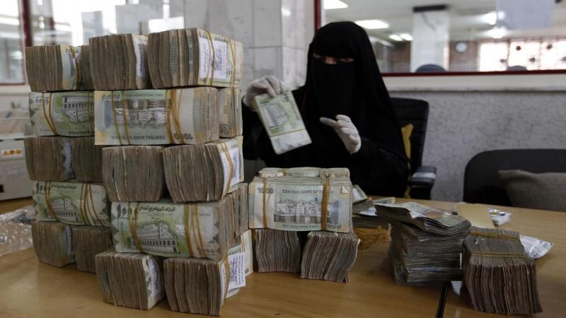 السياسات المالية المتقاطعة تدفع الريال اليمني لمنحدر جديد