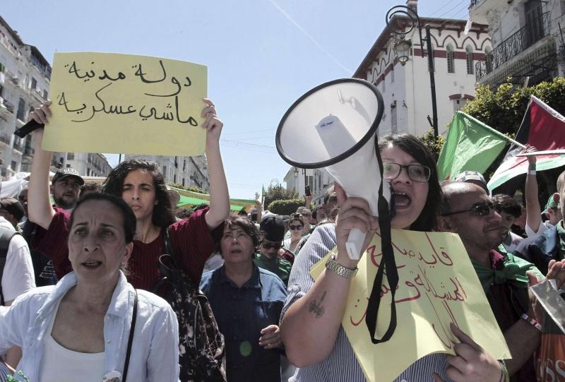 الجيش الجزائري يتجاهل المبادرات السياسية للخروج من الأزمة