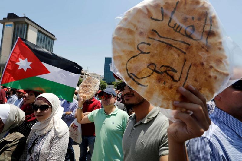 من الأوروبيين إلى العرب: الطبقات المهشمة تدافع عن بقائها